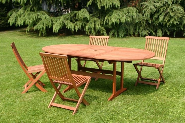 Un giardino accogliente con un tavolo per gli amici